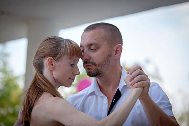 Он девушку танцует